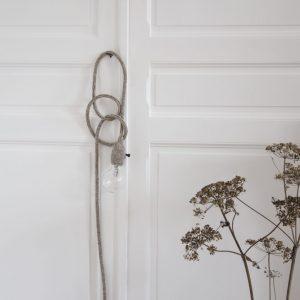 lampe baladeuse trendy little coloris lin, suspendue à une poignée de placard