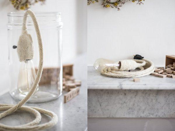 lampe baladeuse crème, posée sur le rebord d'une cheminée