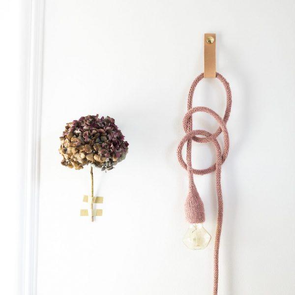 lampe baladeuse trendy little suspendue au mur par une suspension en cuir en laiton