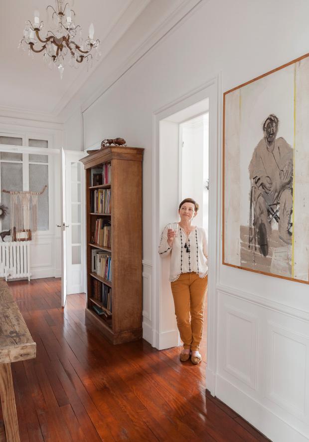 Véronique, créatrice de TRENDY LITTLE, dans son appartement parisien