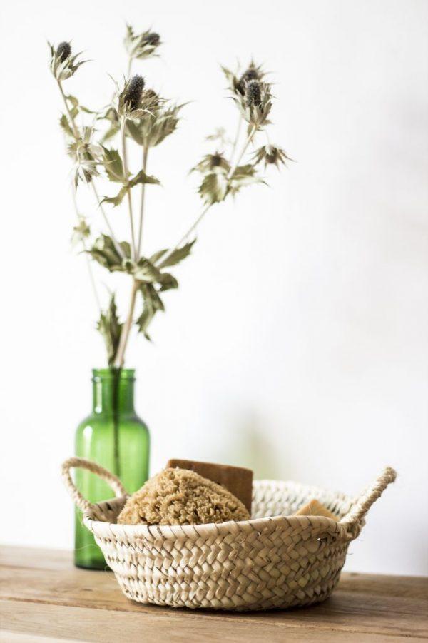 grand panier de rangement trendy little avec savon et éponge naturelle