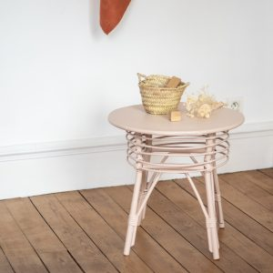 Table d'appoint en rotin peinte en rose nude, restaurée dans l'atelier Trendy Little