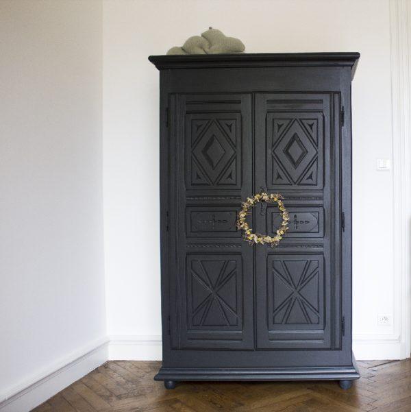 armoire noire par trendy little avec couronne de fleurs et coussin nuage