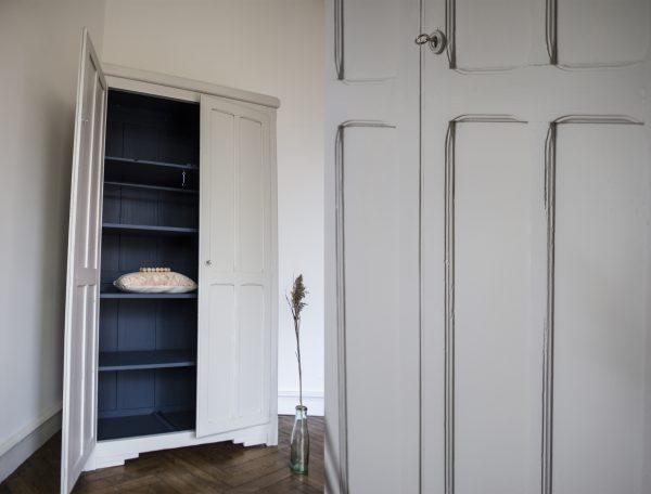 Armoire parisienne gris et bleu restaurée par Trendy Little
