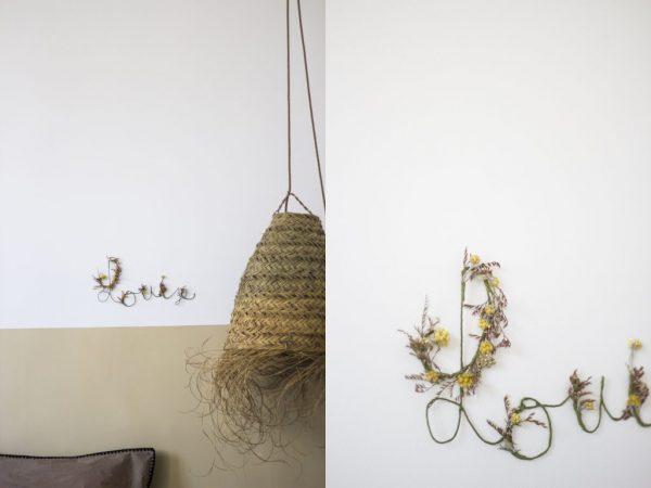Prénom Louise en fleurs séchées pour cadeau de naissance original, accroché au mur à l'aide d'un petit clou. Création Trendy Little