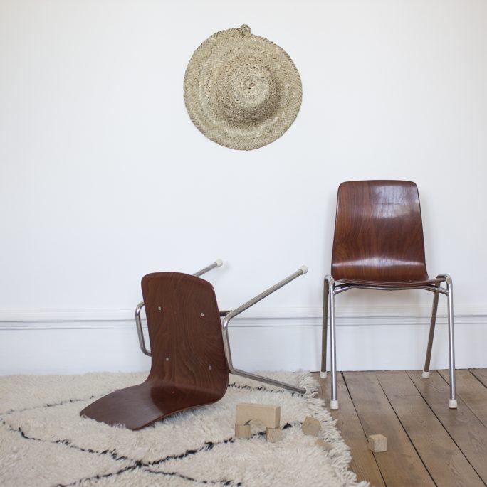 Chaise de bureau enfant fabriquée par Pagholz dans les années 60 et restauré par Trendy Little, exposée avec un chapeau de paille Trendy Little
