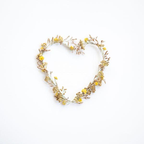Couronne de fleurs séchées en forme de coeur dans les tons vert, rose et jaune, création TRENDY LITTLE