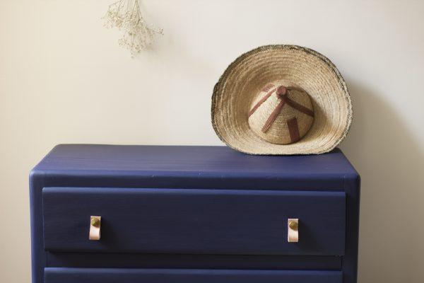 Commode enfant vintage restauré dans l'atelier Trendy Little. Bleu franc à l'extérieur et gris à l'intérieur.