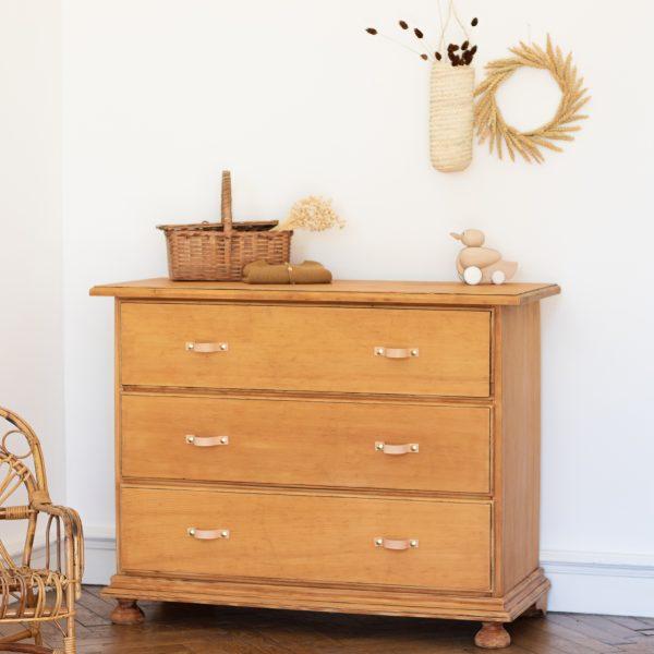 Commode vintage en bois naturel avec trois tiroirs pour chambre enfant, restaurée par Trendy Little