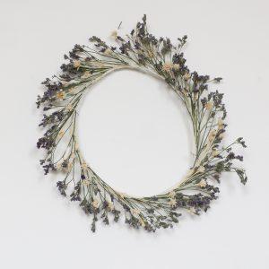 Couronne de fleurs séchées mauve, vert et blanc, création Trendy Little
