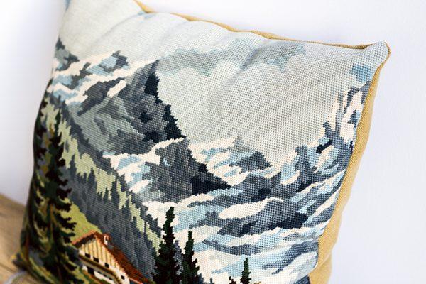 coussin déco constitué d'une tapisserie vintage tissée à la main et d'une toile de lin, par trendy Little