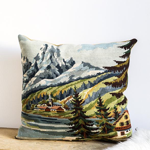 coussin tapisserie vintage représentant un village à la montagne, par trendy little