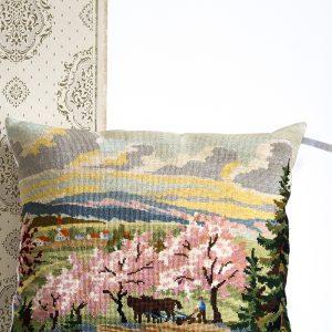 coussin tapisserie vintage représentant un paysage champêtre, par trendy Little
