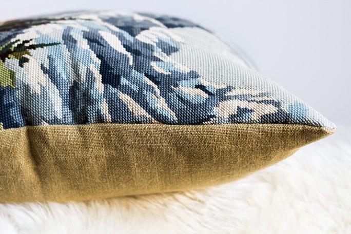 coussin déco constitué d'une tapisserie vintage tissée à la main et d'une toile de coton, par trendy Little