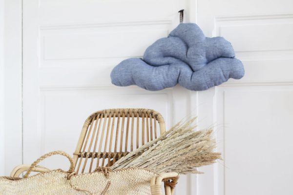 Coussin nuage en toile de lin au coloris bleu ciel chambray, créé par Trendy Little