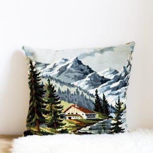 coussin tapisserie vintage représentant un chalet à la montagne, cousu par trendy Little