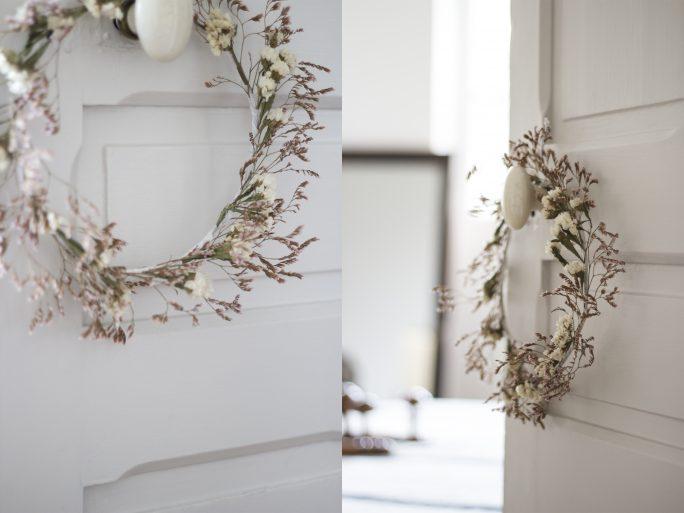 Couronne de fleurs séchées accrochée au mur, création Trendy Little