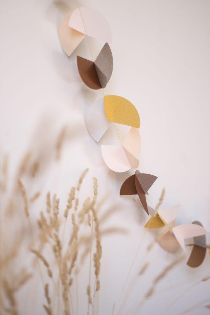 guirlande de papier avec forme géométrique rappelant le graphisme des années 50, création Trendy Little