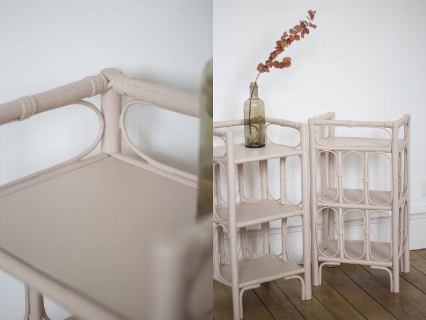Chevet en rotin, qui peut servir également de bibliothèque enfant pour la chambre d'enfant. Peint en couleur nude, rose pâle dans l'atelier de Trendy Little.