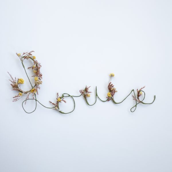 Prénom tricottin en fleurs séchées, cadeau de naissance original et artisanal, confectionné par Trendy Little