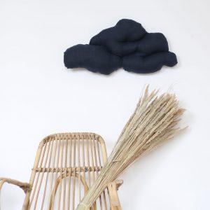 Coussin nuage cousu à la main dans une toile de lin bleu nuit, création Trendy Little.
