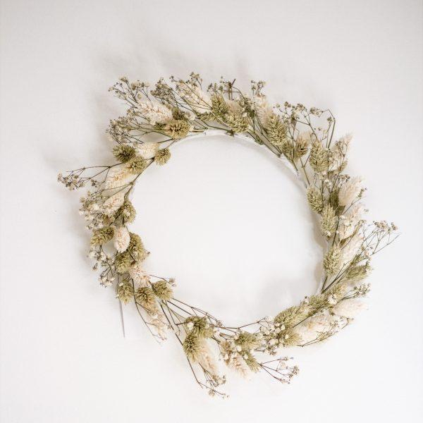 Couronne de fleurs séchées vert pâle et blanc, fabriquée à la main par Trendy Little