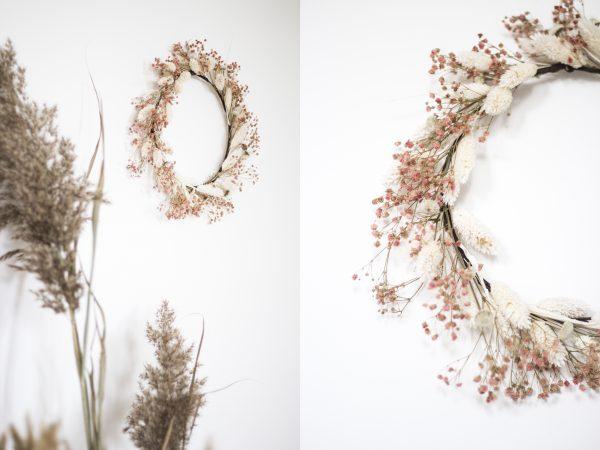 Couronne de fleurs séchées au coloris rose poudré et blanc, réalisée à la main dans l'atelier Trendy Little