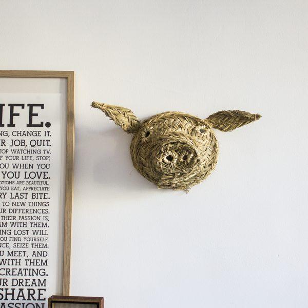 Trophée mural tête de cochon en esparto, réalisation artisanale.