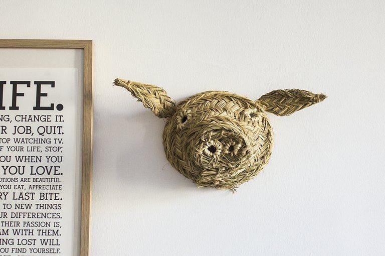 Trophée mural en tête de cochon en osier tressé