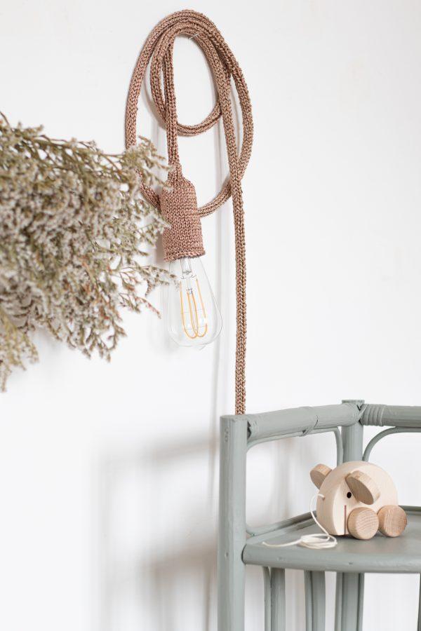 Lampe baladeuse déco murale tricottée à la main à partir d'un fil de lurex rose nacré par Véronique, créatrice de Trendy Little