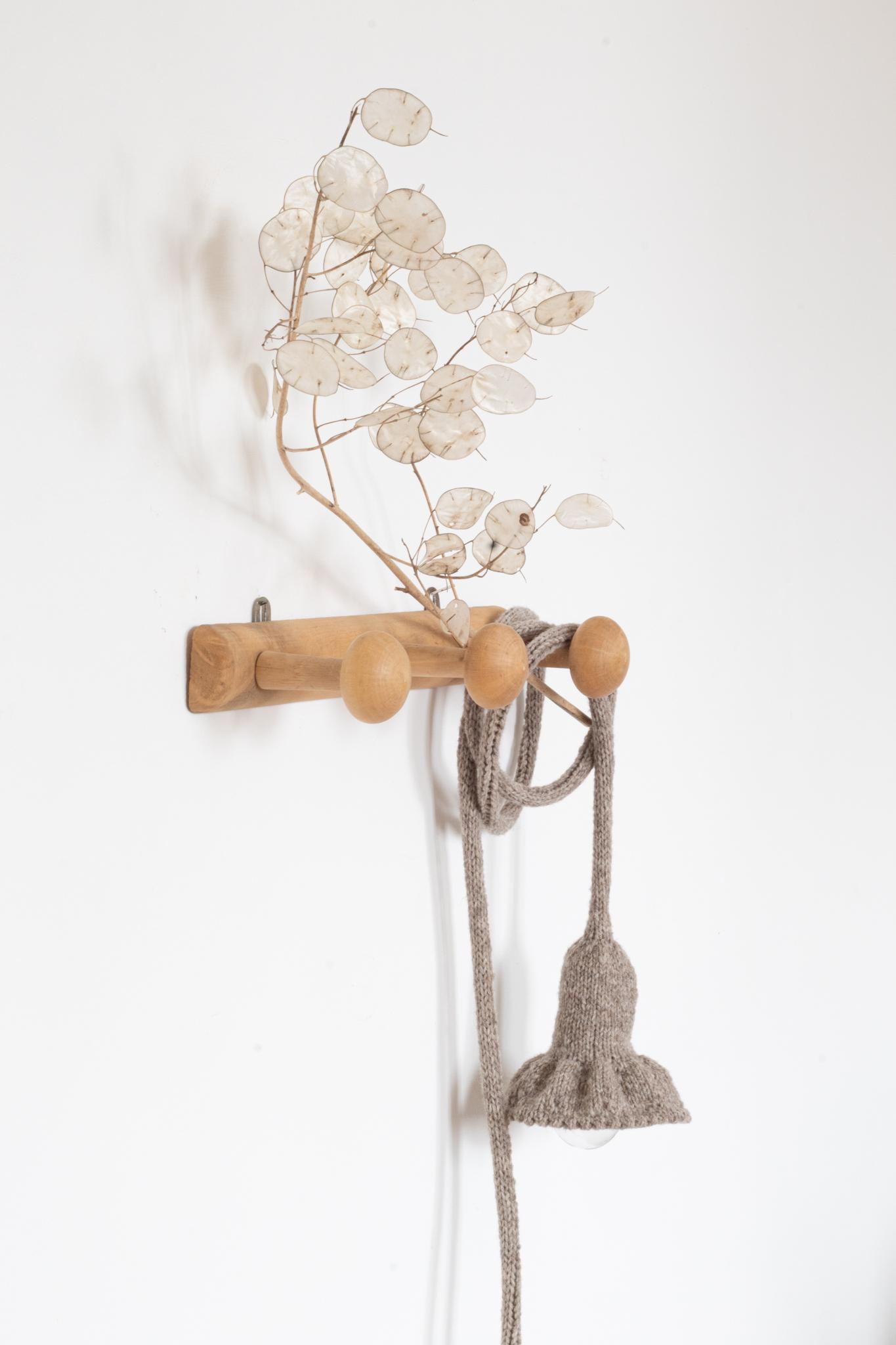 Patère vintage en bois brut avec ses trois accroches rondes. Lampe baladeuse collerette présentée sur la photo. Création Trendy Little