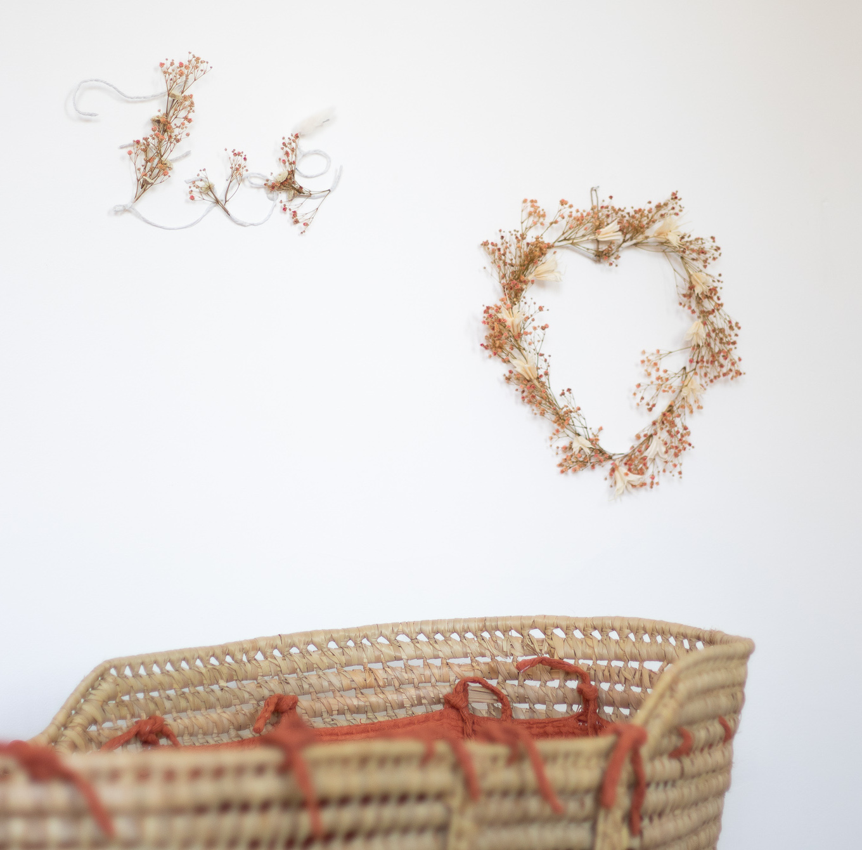 Prénom et couronne de fleurs séchées en forme de coeur. Création Trendy Little.