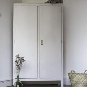 Armoire enfant ou armoire bébé vintage remise à neuf dans l'atelier Trendy Little. Peinte en gris clair à l'extérieur et bleu foncé à l'intérieur.