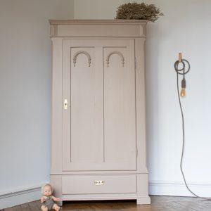 Bonnetière ancienne, armoire vintage pour chambre fille, chambre bébé, restaurée par l'atelier Trendy Little