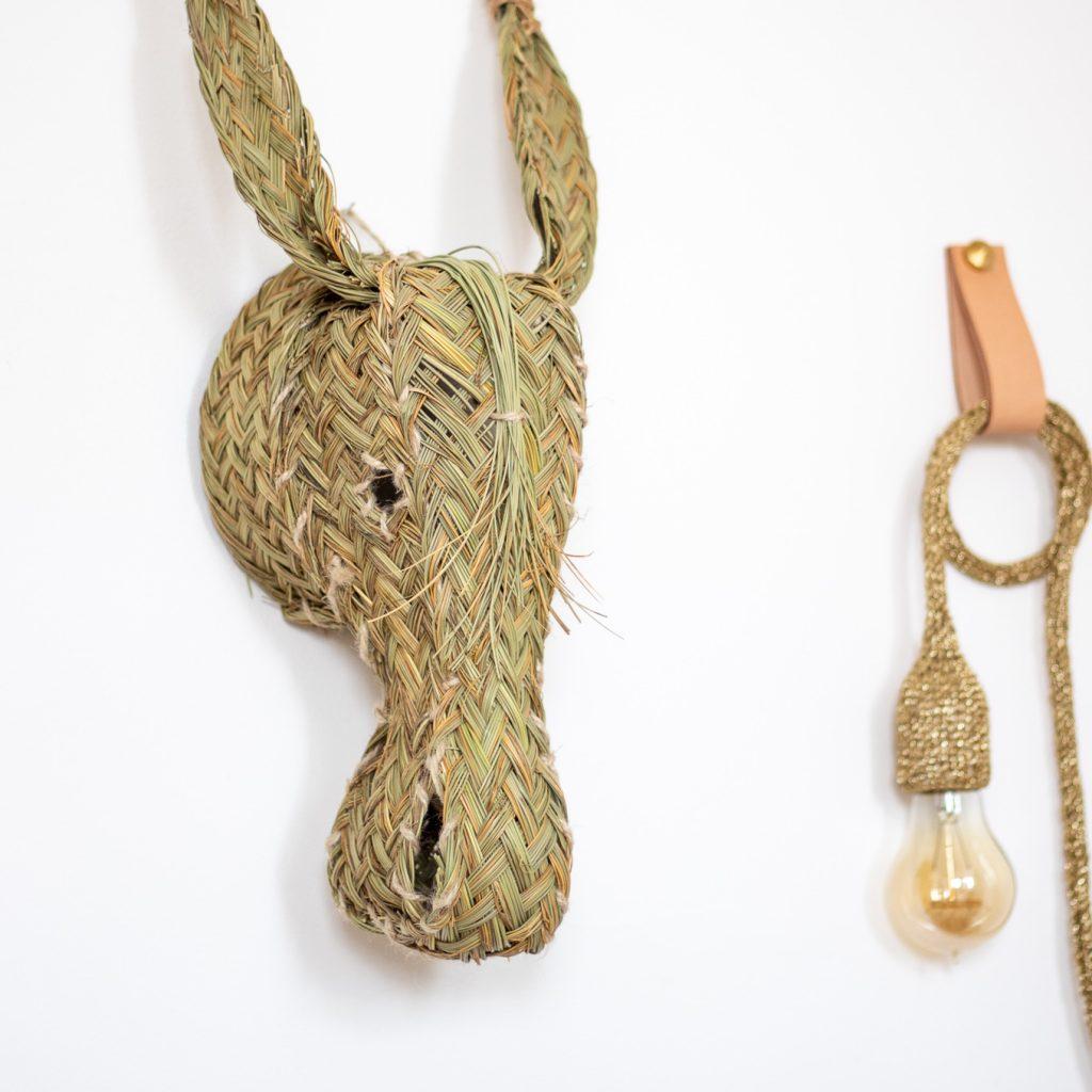 Trophée mural tête d'âne en esparto et lampe baladeuse tricotée avec un fil de laine doré, création TRENDY LITTLE