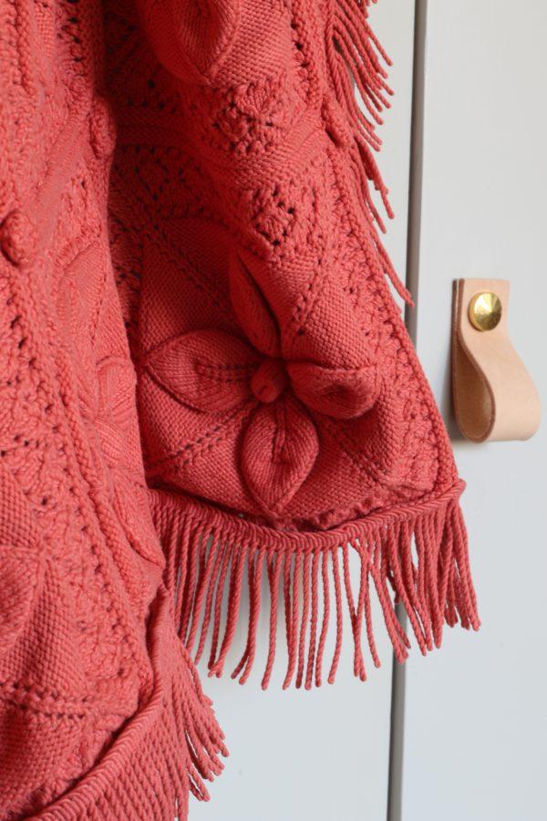Plaid couvre-lit en crochet vintage, teinté dans un coloris Terracotta, par Trendy Little