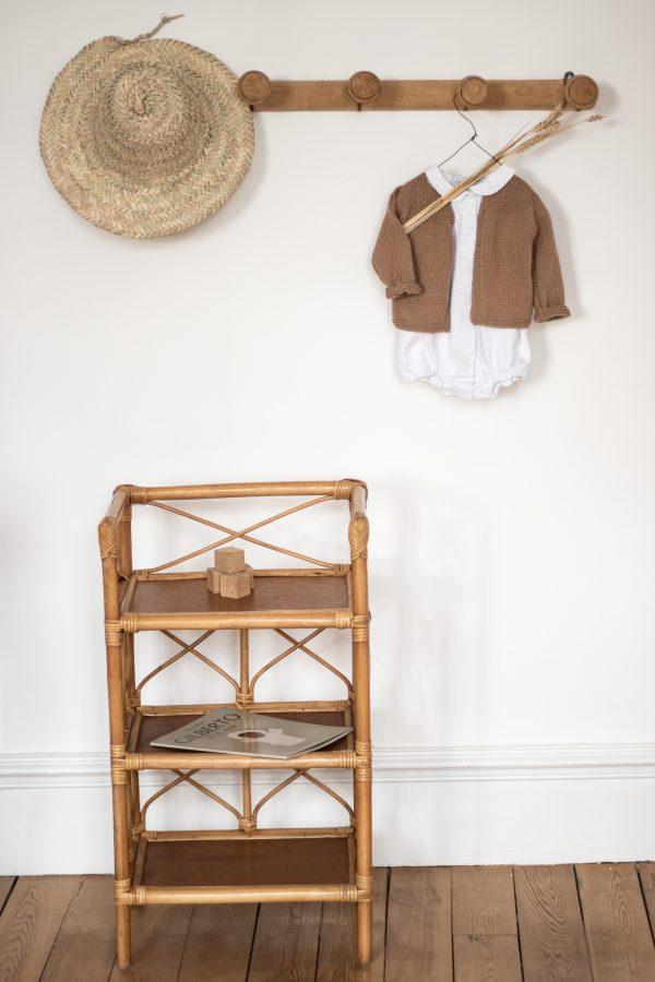 Étagère en rotin vintage avec des croisillons et trois tablettes de rangement. Mobilier enfant restauré par Trendy Little.
