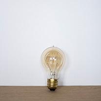 Ampoule vintage en forme de goutte, au verre ambré.