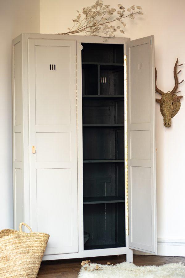 Vestiaire armoire parisienne à 2 portes peinte et remise à neuf par Trendy Little