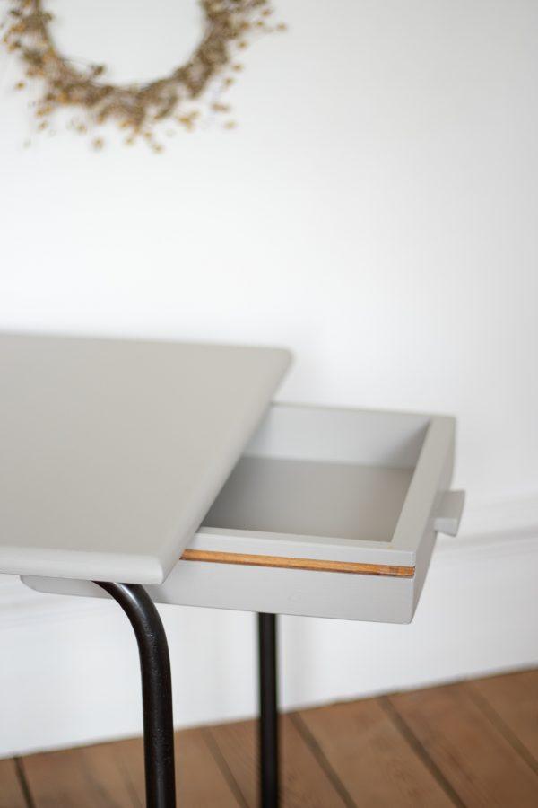 Bureau enfant écolier vintage avec tiroir de rangement et pieds métalliques patinés, à la couleur gris de pierre. Restauré dans l'atelier Trendy Little.