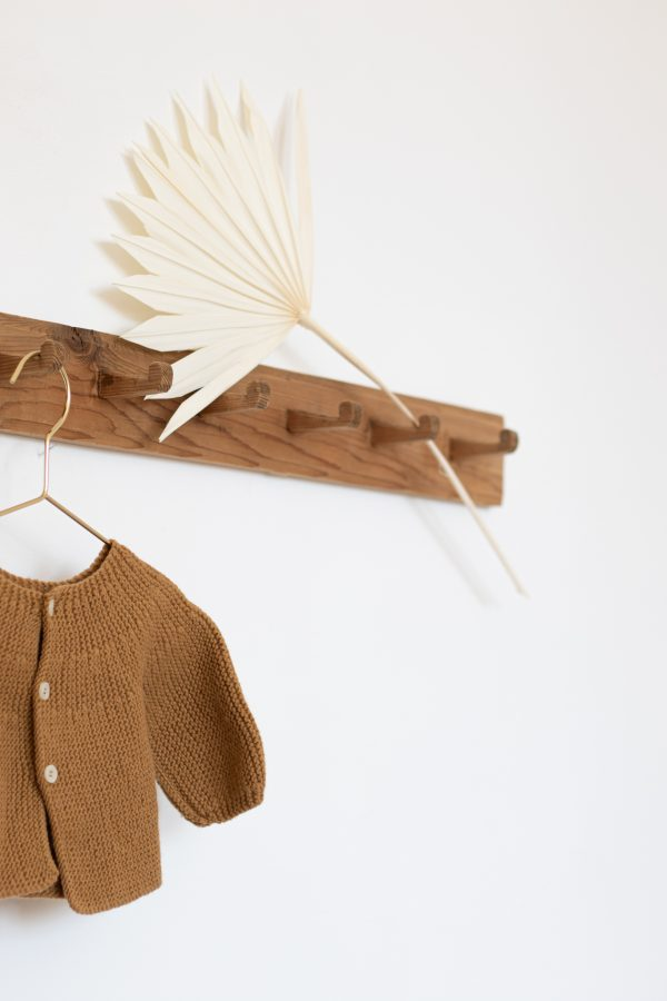 Porte-manteaux vintage en bois brut restauré dans l'atelier Trendy Little