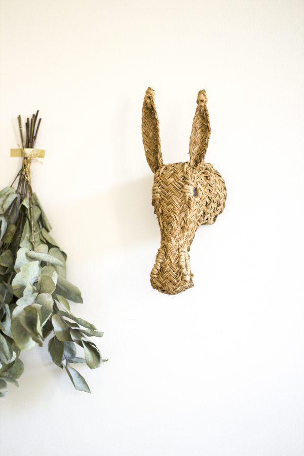 Trophée mural en fibres de sparte séchées puis tressées par des artisans espagnols. Sélection Trendy Little