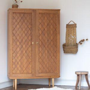 Armoire vintage en chêne et rotin, restaurée par Trendy Little
