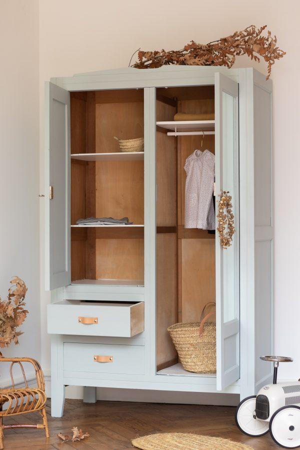 Armoire vintage pour chambre enfant rétro ou contemporaine avec de nombreux rangement et penderie, remise à neuf dans l'atelier TRENDY LITTLE