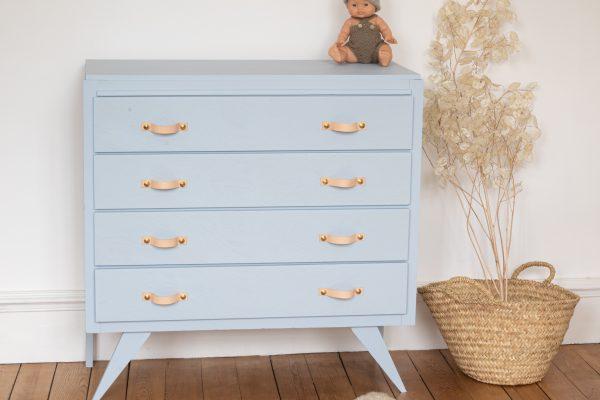 Commode vintage des années 50-60 restaurée dans l'atelier Trendy Little, peinte en bleu ciel et avec des poignées en cuir et laiton. Parfaite pour meubler une chambre d'enfant (bébé, fille ou garçon).