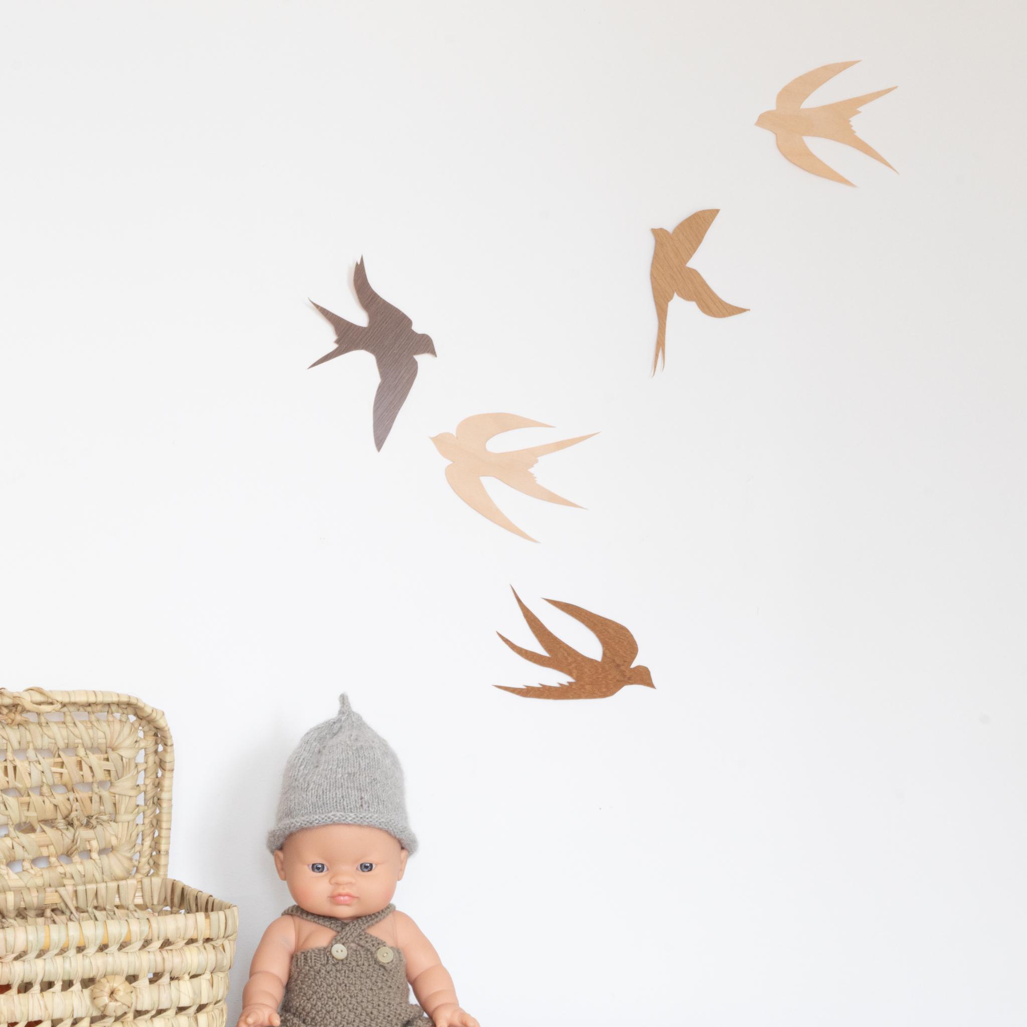 Déco murale, hirondelles en bois pour décorer son mur. Fabrication à partir de feuilles de bois. Création Trendy Little.