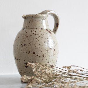 Carafe grise mouchetée en grès vintage, chinée par Trendy Little