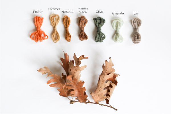 Coloris laine cachemire proposés pour tricoter la lampe baladeuse collerette, création Trendy Little : potiron, caramel, noisette, marron glacé, olive, amande, lin.