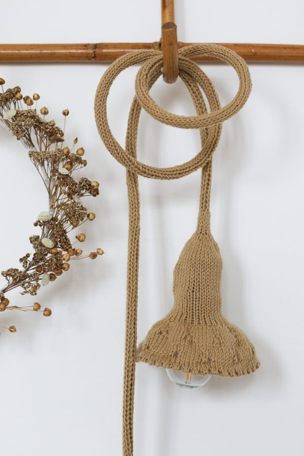 Lampe baladeuse collerette tricottée main avec une laine cacherime caramel, création Trendy Little