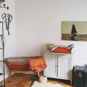 Berceau en rotin vintage et buffet parisien table à langer TRENDY LITTLE dans chambre bébé